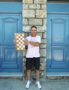 Ο νικητής του τουρνουά, Γιώργος Φωκάς, ποζάρει περήφανος με το τάβλι του