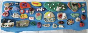 Ζωγραφική και κολλάζ πάνω σε πέτρες