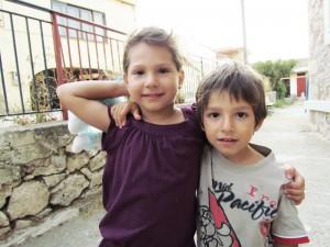 Τα αδελφάκια Αθηνά και Κωνσταντίνος