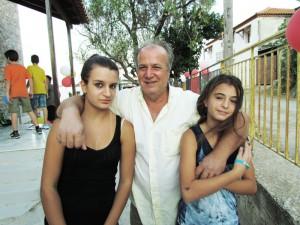 Ο Νίκος Μανής με τις ανηψιές του Νικολέττα και Ελένη