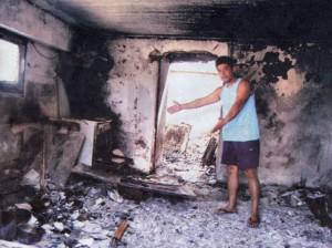 Ο Κων/νος Δούνας μέσα στο καμένο σπίτι του Νικολάου Ι. Δούνα