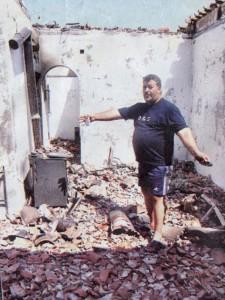 Ο Δημήτρης Κ. Σιμιτζής μέσα στα ερείπια του πατρικού του