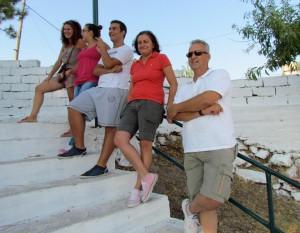 Στην εξέδρα των φιλάθλων και οι γονείς Μπάστα και τα τέκνα Βουρδάνου μαζί με τη νιόπαντρη Χριστίνα Μούντριχα