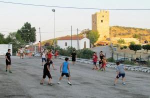Ο αγώνας με το Τραχήλι πραγματοποιήθηκε στο προαύλιο του σχολείου, με φόντο το επιβλητικό κάστρο