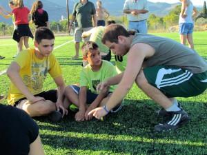 Ο Μάκης, ως πιο έμπειρος, καθοδηγεί τον Γιάννη και τον Νικόλα στη διάρκεια του τάιμ άουτ