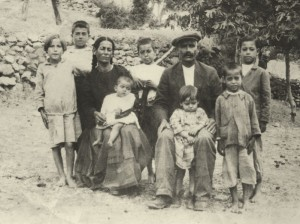 Ο Ιωάννης Δούνας (Γιαννιός), η σύζυγος Μαρία Δούνα (Γιαννίνα) με τα παιδιά τους, Κρεμαστός 1920