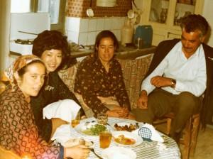 Θοδώρα Δούνα με την αδελφή της Στέλλα, ανάμεσά τους η Μαρία Δούνα και δεξιά ο Νικόλαος Δούνας (Κολιός), 1980