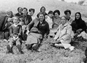 Στην Κλίβανο, δεκαετία '60: Μαρία Ι. Παρασκευά, Λούλα & Βαγγελιώ Β. Παρασκευά, Αργυρή Α. Λεμπέση, Ελένη & Μαρία Ευαγ. Λεμπέση, Αναστασία Λεμπέση, Ζωή Χαρ. Λεμπέση, Γεωργία Ευαγ. Μούντριχα, Μαρία Κ. Τρίκλωνου, Μαρία Κ. Τρίκλωνου, Σταυρούλα Ι. Τρίκλωνου, Κων/νος Ευαγ. Τρίκλωνος, Αργυρή Ευαγ. Τρίκλωνου