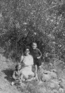 Η Άννα Αποστ. Δούνα με την Ελένη Βασ. Παρασκευά και τον Βαγγέλη Ι. Μούντριχα
