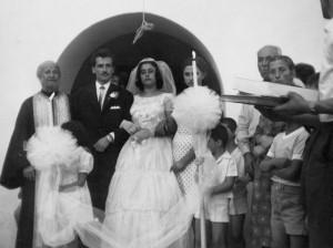 Γάμος του Βασίλη Μολέ με την Αργυρή (Λούλα) Σιμιτζή στον Κρεμαστό. Αριστερά από το ζεύγος, ο αείμνηστος παπα-Δημήτρης