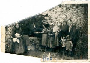 Ο συμβολαιογράφος Ηλίας Παπαδημητρίου με την μητέρα του, την αδελφή του και τις ξαδέλφες του, μπροστά στο φούρνο του σπιτιού τους.
