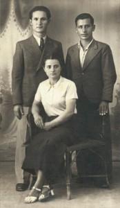 1938 από δεξιά: Τάσος Σιμιτζής (πιλότος που σκοτώθηκε στη Ροδεσία κατά τον Β' Παγκόσμιο πόλεμο), Γιάννης Μούντριχας, Ευαγγελία Σιμιτζή
