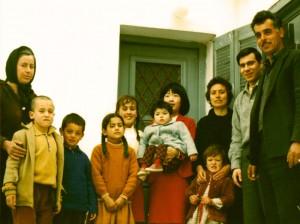 Από αριστερά: Βαγγελιώ Σιμιτζή, Γεώργιος Σιμιτζής, Ιωάννης Ν. Δούνας, Μαρία Κ. Δούνα, Ανδρονίκη Σιμιτζή, Μαρία και Άντζελα Γ. Δούνα, Θεοδώρα και Μαρία Ν. Δούνα, Αθανάσιος Δούκας, Νικόλαος Ι. Δούνας (Κολιός), έξω από την οικία του τελευταίου, 1969