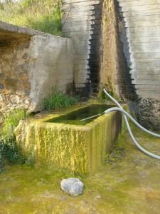 Η μασίφ πέτρινη γούρνα στη βρύση του Καλία