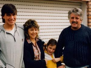 Ο Γιάννης Βλασίου Λεμπέσης με την οικογένειά του, το 1988