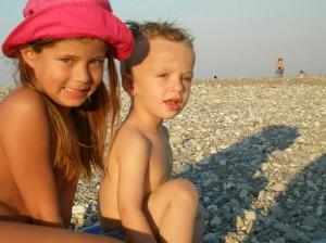 Αλίκη Π. Γκιτέρσου και Δημήτρης Μ. Σιμιτζής, στην παραλία του Αγίου Γεωργίου